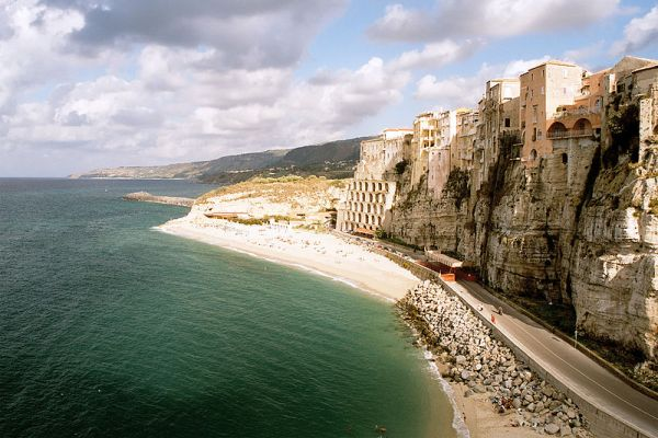 800px-Cliff_at_Tropea,_Italy,_Sep_2005