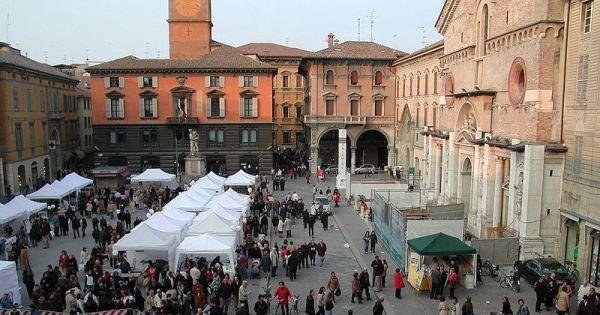 posti-visitare-vedere-reggio-emilia-Piazza_duomo_mercato